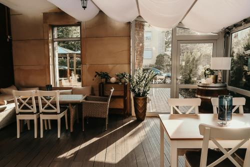 A restaurant or other place to eat at Sentoza Sopot