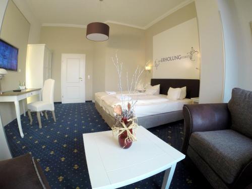 Ein Bett oder Betten in einem Zimmer der Unterkunft Hotel Villa Schwanebeck
