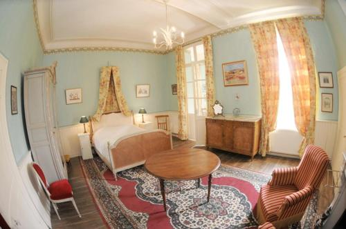 A bed or beds in a room at Chambres d'hôtes du Château de Grand Rullecourt
