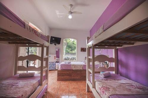 Uma ou mais camas em beliche em um quarto em Pousada Casa do Rio Hostel