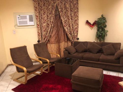 Uma área de estar em Manazel Qurish Furnished Apartments