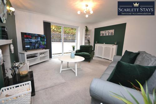 A seating area at 4 Bedroom House at Scarlett Stays Serviced Accommodation Nottingham , Chilwell House