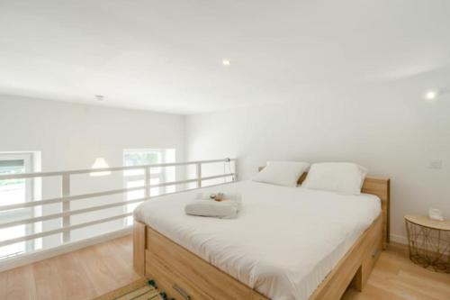 A bed or beds in a room at Magnificent bright apartment in Marseille