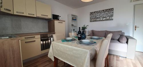 A kitchen or kitchenette at Apartments Lonza