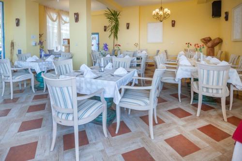 Ресторант или друго място за хранене в Merlin Club Hotel