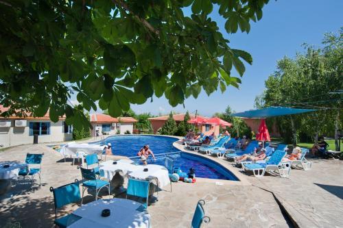 Изглед към басейн в Merlin Club Hotel или наблизо