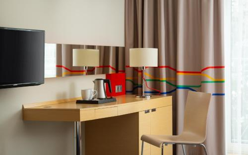 A television and/or entertainment centre at Park Inn by Radisson Sochi City Centre