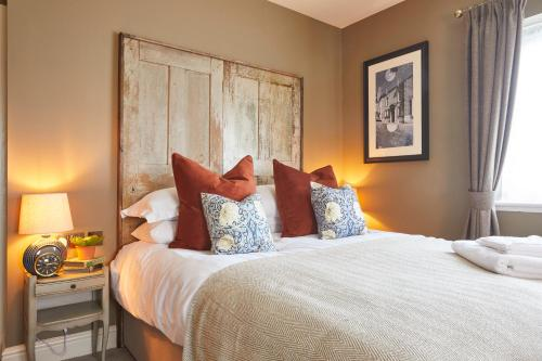 A bed or beds in a room at The Pavilion Arms