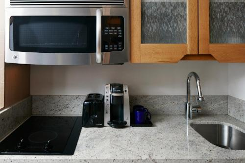 A kitchen or kitchenette at The Jewel, a Club Quarters Hotel, Opposite Rockefeller Center