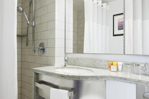 A bathroom at Club Quarters Hotel, Trafalgar Square