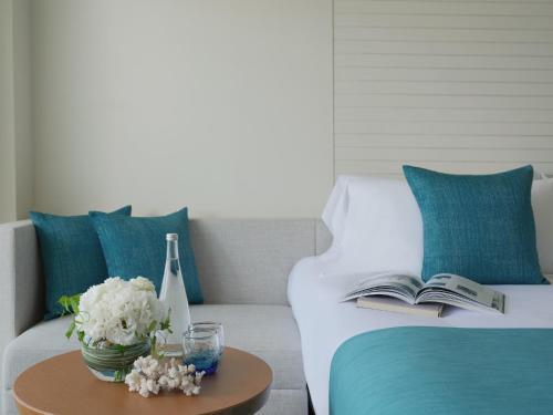 A seating area at ANA InterContinental Manza Beach Resort, an IHG Hotel