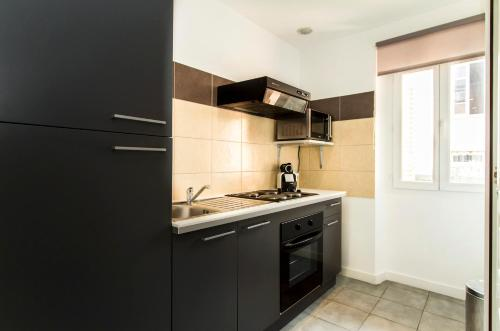 A kitchen or kitchenette at Florella Achard Apartment