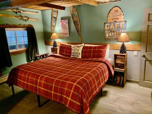 A bed or beds in a room at Grunberg Haus Inn & Cabins