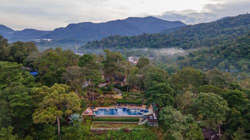 Ein Blick auf den Pool von der Unterkunft Koh Chang Cliff Beach Resort oder aus der Nähe