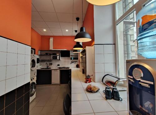 Кухня или мини-кухня в Кино Хостел на Московском