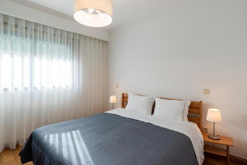 A bed or beds in a room at Porto Gaia RR Apartment by MP