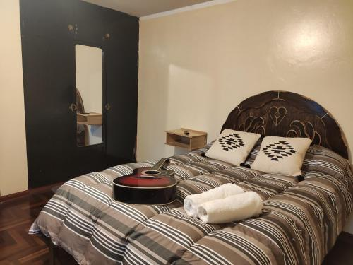 A bed or beds in a room at Hostal Vacahouse Huaraz