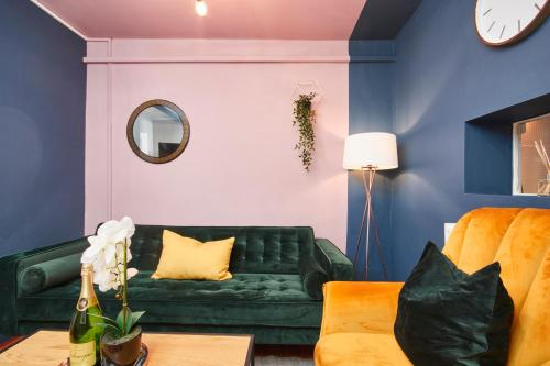 A seating area at The Exquisite Leamington Spa House - Sleeps 9