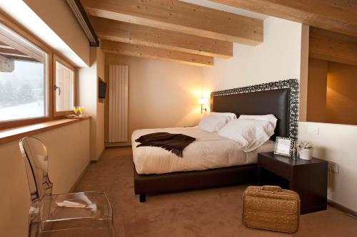 A bed or beds in a room at Grand Hotel Paradiso