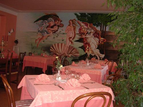 A restaurant or other place to eat at Albergo Tenda Verde