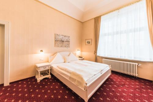 A bed or beds in a room at Das Wolfsbrunn