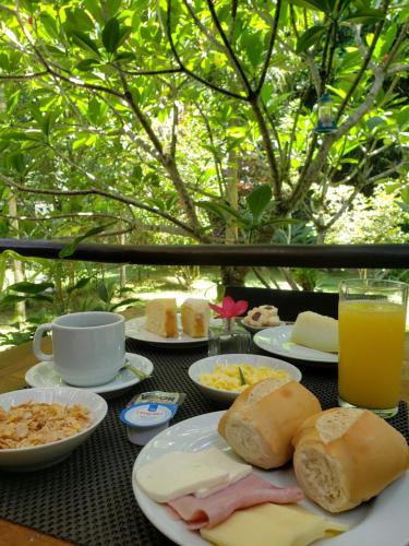 Breakfast options available to guests at Pousada Tartarugas de Paúba