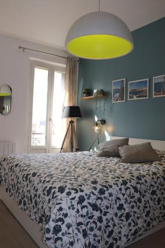 A bed or beds in a room at Le Cocon Marseille city Joliette