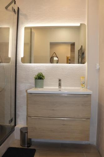 A bathroom at Le Cocon Marseille city Joliette