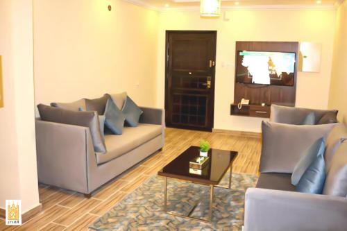 Uma área de estar em القصر للاجنحه الفندقيه 4