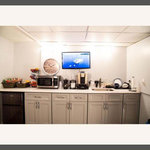 A kitchen or kitchenette at 5min walk from AirTrain JFK ,Subway, LIRR