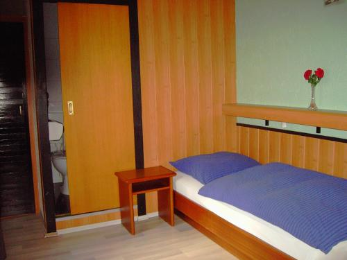 A bed or beds in a room at Hessisches Haus