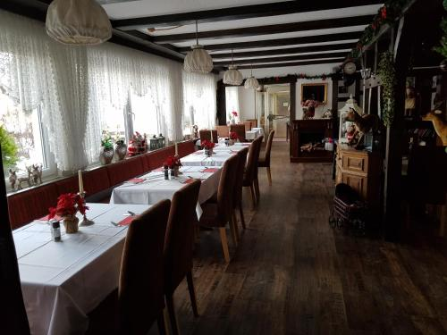 A restaurant or other place to eat at Berghotel Tromp