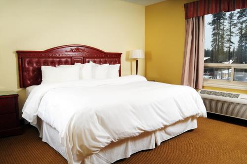 A bed or beds in a room at Trend Mountain Hotel & Conference Centre