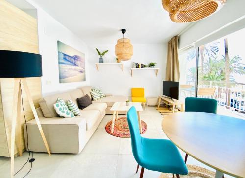 A seating area at Smart Malagueta Seaview