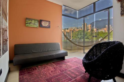 A seating area at Diez Hotel Categoría Colombia