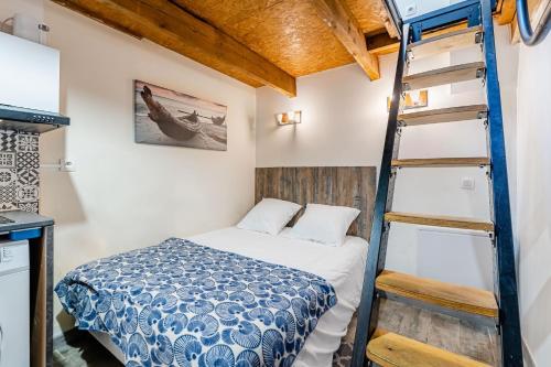 A bed or beds in a room at L'olivier , Studio 5 au vieux port de Marseille