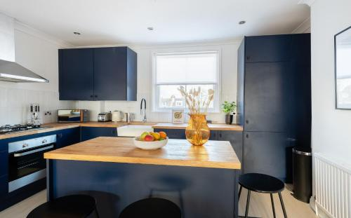 A kitchen or kitchenette at The Stoke Newington Common - Modern & Bright 3BDR Apartment