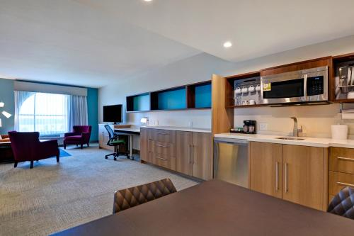 A kitchen or kitchenette at Home2 Suites By Hilton Orlando Flamingo Crossings, FL