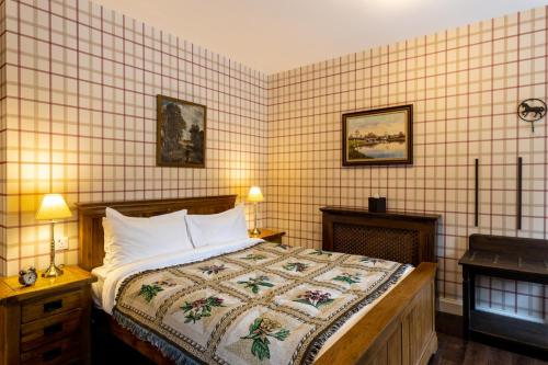 A bed or beds in a room at Cluanie Inn