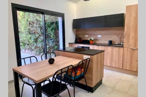 A kitchen or kitchenette at Villa CASTIEL au calme à 5 minutes de la mer
