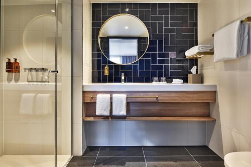 A bathroom at Staybridge Suites The Hague - Parliament, an IHG Hotel