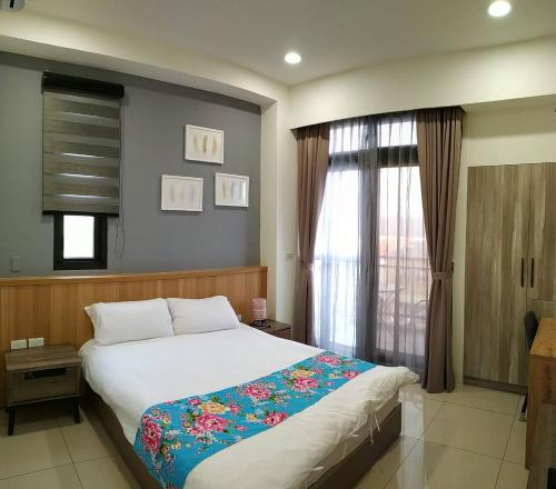 A bed or beds in a room at Tung Shiang Homestay