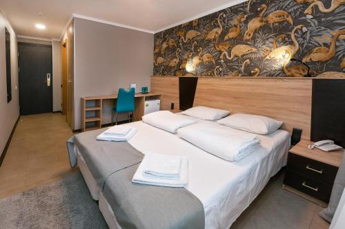 Кровать или кровати в номере Гелиос Отель