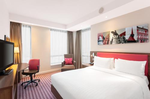 A bed or beds in a room at Hampton by Hilton Cluj-Napoca