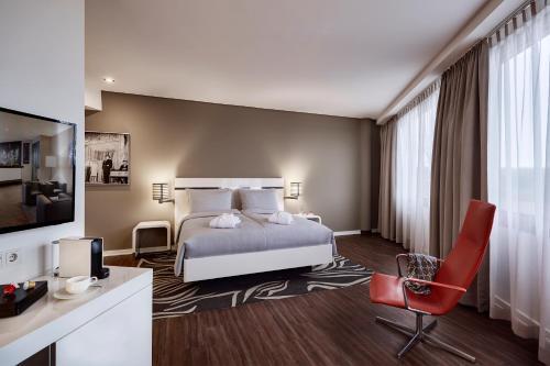 Ein Bett oder Betten in einem Zimmer der Unterkunft LÉGÈRE HOTEL Wiesbaden-Taunusstein