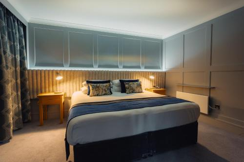 A bed or beds in a room at Hotel Imperial Dundalk
