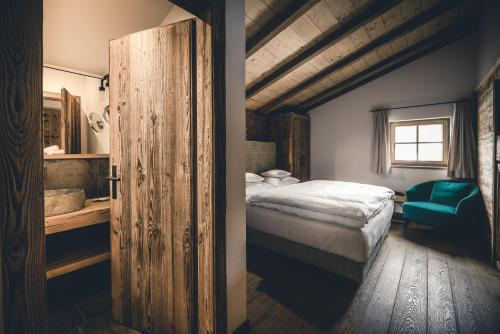 A bed or beds in a room at Relais & Châteaux Gut Steinbach Hotel & Chalets