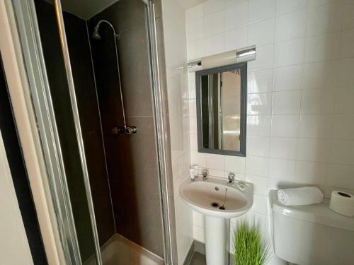 A bathroom at OTTO Breeze Hotel & Spa