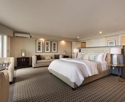 A bed or beds in a room at Fathoms Hotel & Marina I