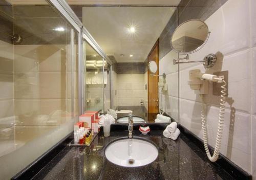 حمام في فندق الصفوة رويال اوركيد